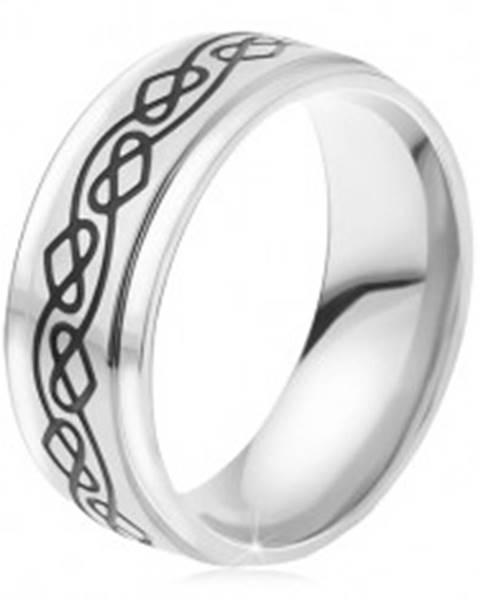 Oceľový prsteň - strieborná farba, tenká gravírovaná zvlnená línia, srdcia - Veľkosť: 52 mm