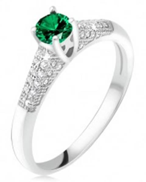 Prsteň so zeleným zirkónom v kotlíku, číre kamienky, striebro 925 U7.11 - Veľkosť: 49 mm