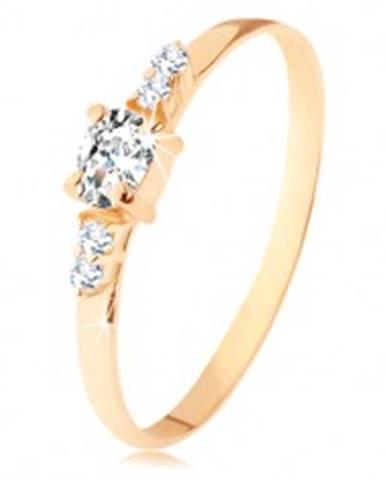 Prsteň zo žltého 14K zlata - číry zirkónový ovál, dvojice zirkónikov po stranách - Veľkosť: 49 mm