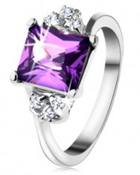 Lesklý prsteň so striebornou farbou, obdĺžnikový fialový zirkón, drobné zirkóniky  - Veľkosť: 48 mm