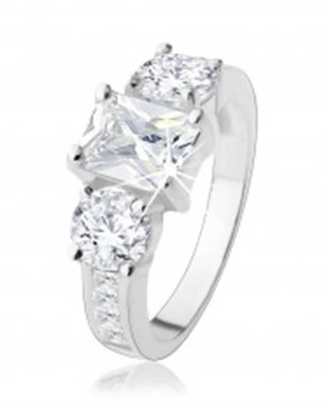 Zásnubný prsteň zo striebra 925, tri veľké zirkóny čírej farby, zdobené ramená - Veľkosť: 48 mm