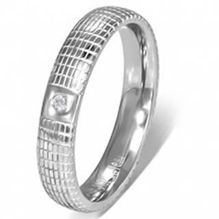 Oceľový prsteň striebornej farby s čírym kamienkom a mriežkou - Veľkosť: 49 mm