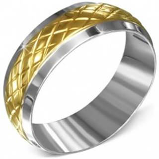 Prsteň z chirurgickej ocele, striebornej farby s kosoštvorcovým pásom zlatej farby - Veľkosť: 55 mm