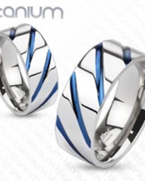 Titánový prsteň striebornej farby, vysoký lesk, šikmé modré zárezy SP63.19 - Veľkosť: 49 mm