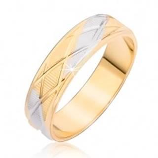 Dvojfarebný prsteň s kosoštvorcovým vzorom a vertikálnymi ryhami - Veľkosť: 48 mm