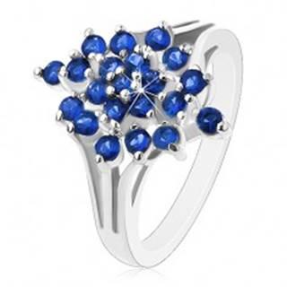 Lesklý prsteň - strieborná farba, rozvetvené ramená, tmavomodré okrúhle zirkóny - Veľkosť: 49 mm