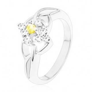 Prsteň v striebornom odtieni so žltým okrúhlym zirkónom, číry zirkónový lem - Veľkosť: 49 mm