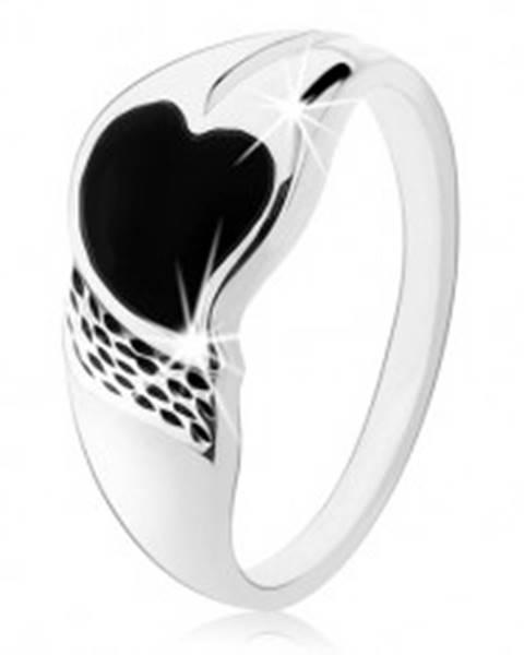 Prsteň zo striebra 925, asymetrické srdiečko z čierneho ónyxu, drobné zárezy - Veľkosť: 48 mm