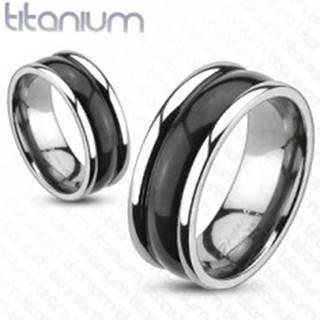 Titánový prsteň s vyvýšenými okrajmi a oblým čiernym stredom - Veľkosť: 48 mm