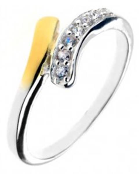 Strieborný prsteň 925 - zaoblená línia so zirkónmi a koncom zlatej farby - Veľkosť: 49 mm