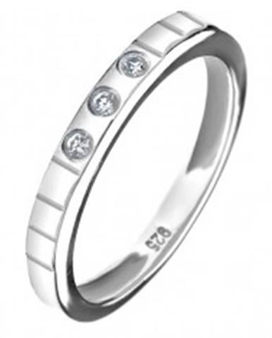 Strieborný prsteň 925 - tri vsadené zirkóny, gravírované linky C21.15 - Veľkosť: 49 mm