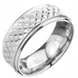 Oceľový prsteň - obrúčka so šikmým ryhovaním a vrúbkovaným lemom - Veľkosť: 57 mm