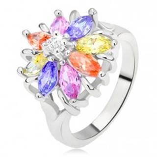 Lesklý prsteň striebornej farby, farebný kvet z brúsených kamienkov L9.09 - Veľkosť: 48 mm