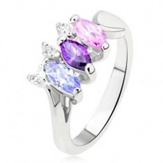 Lesklý prsteň striebornej farby s farebnými kamienkami usporiadanými vedľa seba L12.06 - Veľkosť: 49 mm