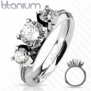 Prsteň z titánu, strieborná farba, tri okrúhle číre zirkóny, vysoký lesk - Veľkosť: 49 mm
