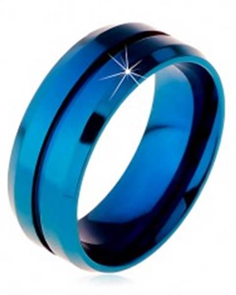Modrý prsteň z chirurgickej ocele, úzky zárez v strede, skosené okraje, 8 mm - Veľkosť: 57 mm
