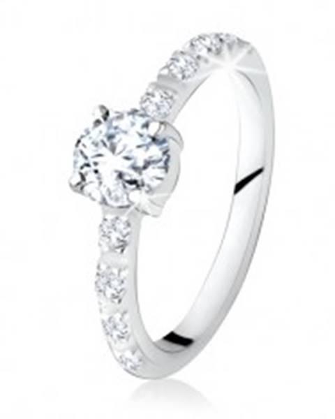 Strieborný prsteň 925, okrúhly číry kamienok, ramená zdobené zirkónmi SP17.22 - Veľkosť: 49 mm