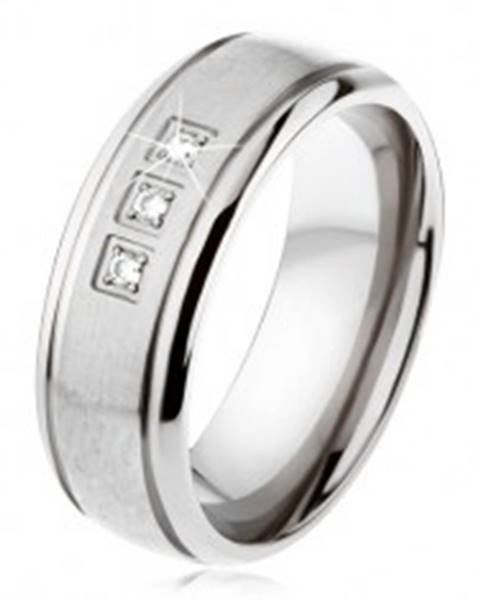 Titánový prsteň striebornej farby, matný pás, lesklé okraje, tri zirkóny - Veľkosť: 54 mm