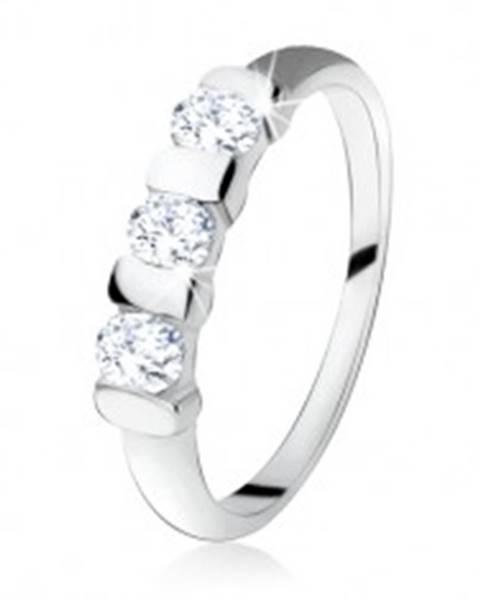 Zásnubný prsteň zo striebra 925, tri číre zirkóny oddelené pásikmi SP16.24 - Veľkosť: 49 mm