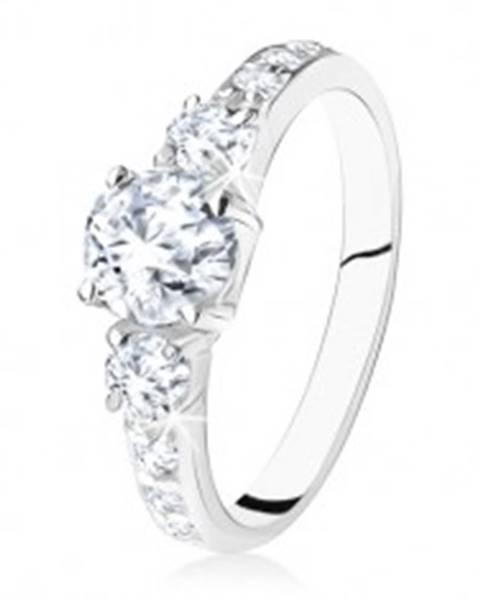 Trblietavý zásnubný prsteň zo striebra 925, tri zirkóny, zdobené ramená S76.16 - Veľkosť: 49 mm