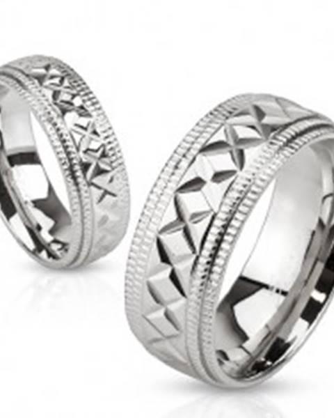 Lesklý oceľový prsteň striebornej farby, vrúbky a geometrické zárezy, 8 mm S82.08 - Veľkosť: 59 mm