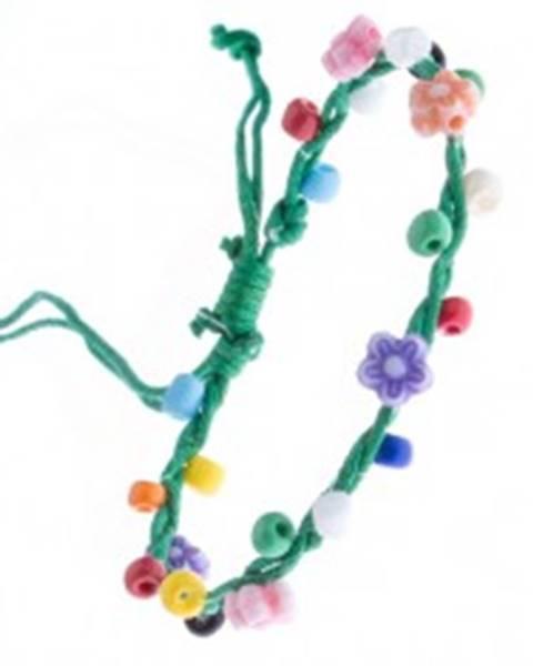 Zelený pletený náramok zo šnúrok a farebných kvietkov