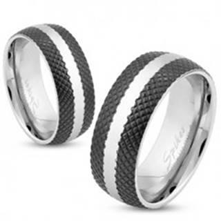 Oceľový prsteň s čiernym mriežkovaným povrchom, lesklý pás striebornej farby, 8 mm - Veľkosť: 59 mm