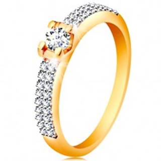 Zlatý 14K prsteň - trblietavé ramená, okrúhly číry zirkón v hranatom kotlíku - Veľkosť: 49 mm