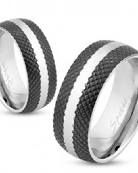 Oceľový prsteň s čiernym mriežkovaným povrchom, pás striebornej farby, 6 mm 39.17 - Veľkosť: 49 mm