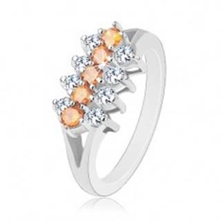 Trblietavý prsteň zdobený zirkónovými líniami čírej a svetlooranžovej farby - Veľkosť: 48 mm