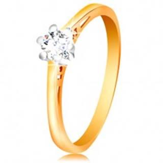Zlatý 14K prsteň - číry zirkón v kotlíku z bieleho zlata, výrezy na ramenách - Veľkosť: 50 mm