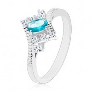 Prsteň v striebornej farbe, oválny svetlomodrý zirkón, zárezy na ramenách - Veľkosť: 50 mm