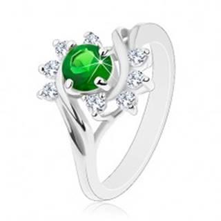 Trblietavý prsteň v striebornom odtieni, zeleno-číre zirkóny, hladké oblúky - Veľkosť: 49 mm